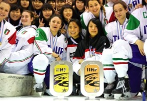 The Japanese women's U18 national team players celebrate Division I gold in Asiago and will return to the top division. Photo: David Wassagruba